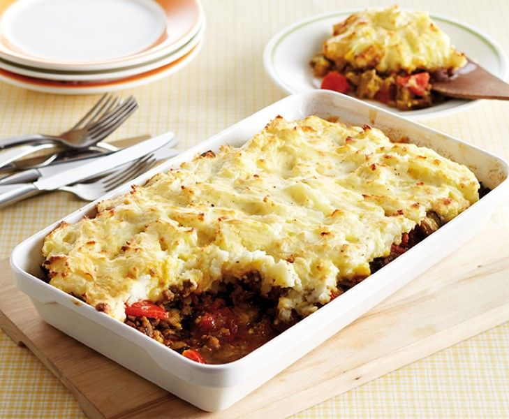 Eens iets anders proberen? Maak deze aubergine shoarmaschotel met tomaat en zelfgemaakte aardappelpuree.