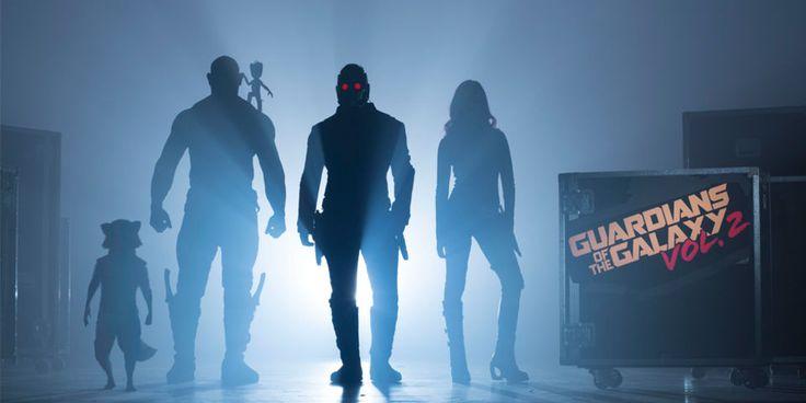 A produção de Guardiões da Galáxia Vol. 2, novamente sob a direção de James Gunn, já começou, e a Marvel Studiosdivulgou hoje a primeira foto oficial do elenco principal (ainda que basicamente vej...