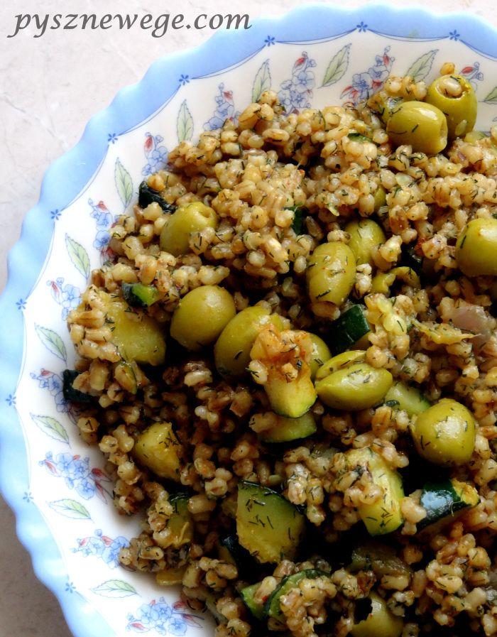 pęczak na zielono Składniki:  1 szklanka pęczaku jęczmiennego (użyłam ekologicznego SYMBIO), 1 litr wody, 1 cebula czerwona, pół szklanki koperku (suszonego lub świeżego), 100 g zielonych oliwek, 1 średnia cukinia, 1 łyżeczka soli, 1 łyżeczka czosnku mielonego, pół łyżeczki świeżo zmielonego pieprzu kolorowego, 3 ząbki czosnku, olej rzepakowy do smażenia.