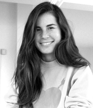 ZEYNEP TOSUN | Anneannesi terzi, annesi ise büyük tekstil markalarının triko tasarımlarını yapan bir tasarımcıydı. Tıpkı annesi gibi, Zeynep Tosun da 28 yaşında markasını yaratarak kendi işini kurdu. Üniversitede işletme eğitimi aldıktan sonra Milano'daki Istituto Marangoni'de Moda Tasarımı okudu. Mezuniyet defilesinin ardından Alberta Ferretti'nin tasarım ekibine dahil oldu. Alberta Ferretti'yle birlikte, Philosophy di Alberta Ferretti markası için tasarım yaptı. 2007'de İTKİB'in…