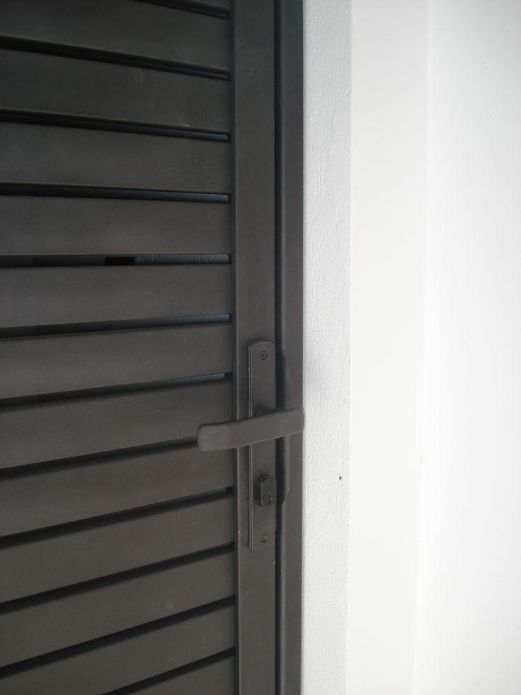 Detalle puerta celosía Fierro forjado y manilla