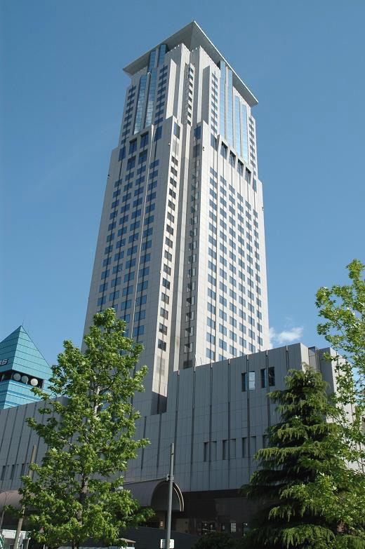 大阪・梅田駅近く。高くそびえるビル。茶屋町アプローズ  茶屋町のおすすめスポット