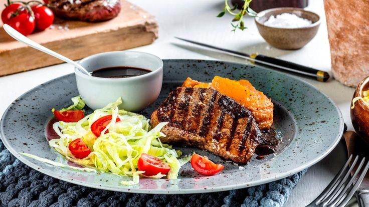 Biff på grillen er en klar favoritt. Grill mørbrad av storfe og server med søtpotetpurè, rødvinsaus og en grønn salat. Du finner ferdig tilbehør hos MENY. Enkle ingredienser, men likevel en smaksbombe kombinert!