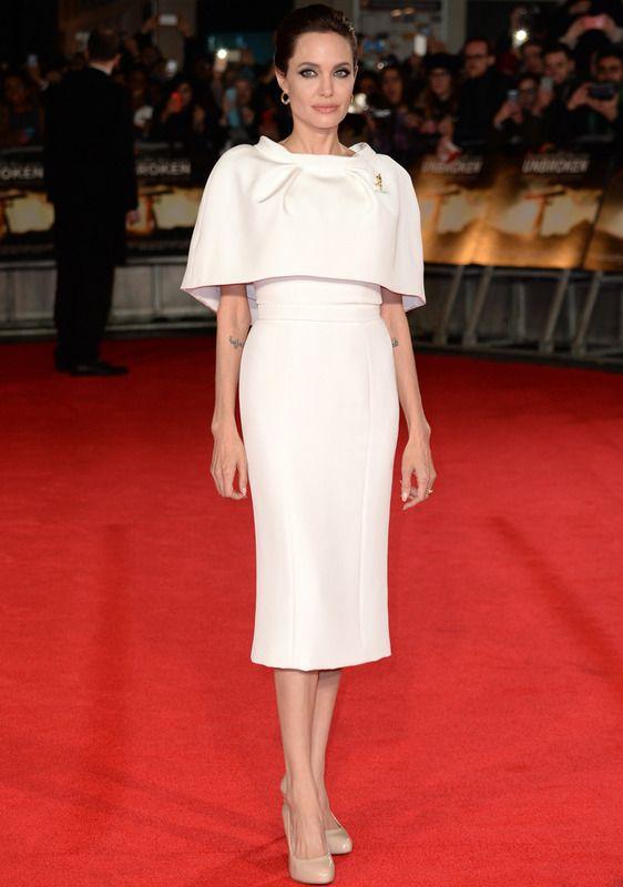 Angelina Jolie con vestido blanco de falda lápiz y cuerpo con capa de Ralph & Russo Alta Costura.