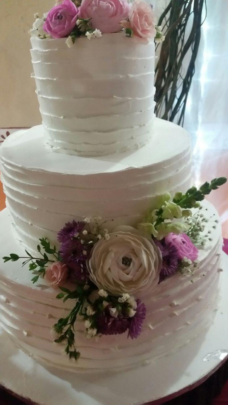 pastel para boda cubierta de crema   chantilly las peonias son de fondant el pastel sabor vainilla y relleno dulce de leche el 3er. piso es de chocolate con relleno queso crema