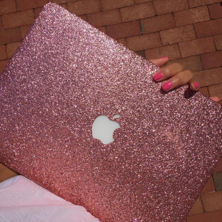 Pink Macbook cover case and nail. So cute! | Instagram photo by https://www.instagram.com/embrishop/