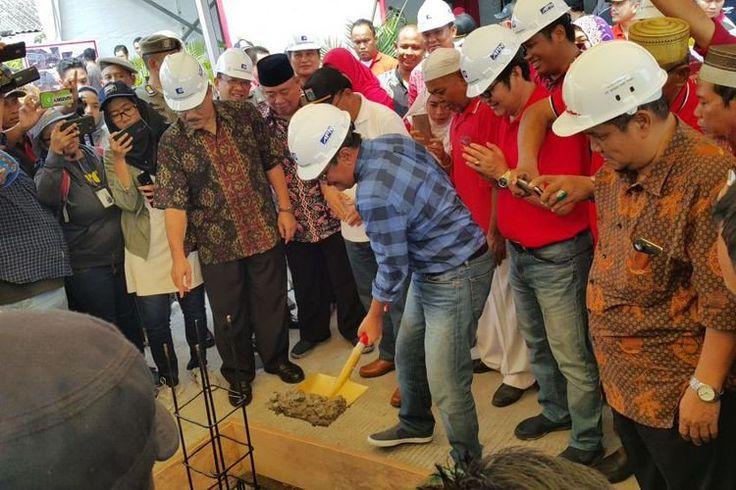 Jakarta Governor Djarot Saiful Hidayat has officiated the ground-breaking of the Muara Angke floating restaurant in North Jakarta.