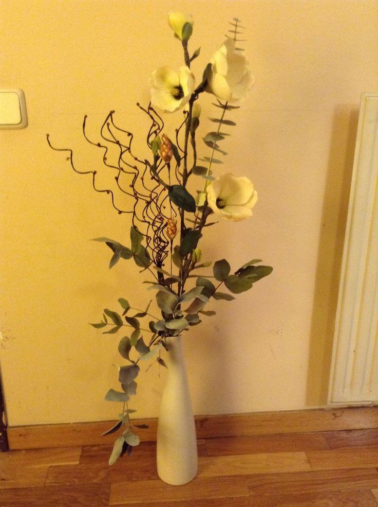 flor blanca con hojas de eucalipto