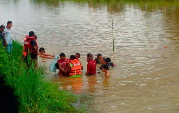 Kereta kemalangan dan terbabas masuk sungai bapa terkilan tak dapat selamatkan anak bongsu   Seorang kanak-kanak lelaki berumur empat tahun mati lemas selepas kereta dinaiki bersama tiga ahli keluarganya terbabas sebelum terjunam ke dalam Sungai Santap Kampung Telaga Mas Pokok Sena di sini hari ini.  Ketika kejadian kira-kira pukul 1.30 tengah hari itu Muhammad Rizal Zakwan Mohd Razi berada di dalam kereta jenis Proton Wira yang dipandu bapanya Mohd Razi Md Akib 54 dan dua kakaknya Nurul…
