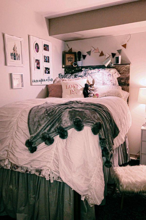 49 Beautiful Aesthetic Bedroom Design Ideas For Your Home Part 32 In 2020 College Bedroom Decor Dorm Room Designs Girls Dorm Room
