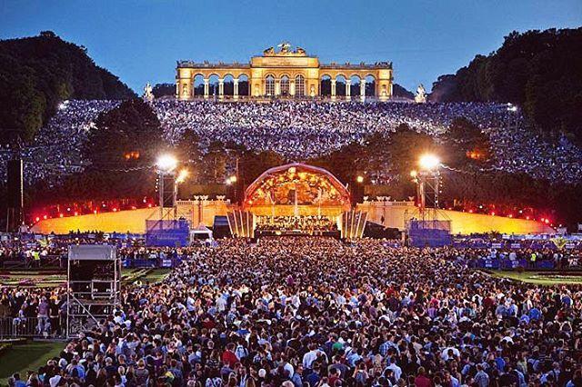 """8,567 curtidas, 151 comentários - Vienna 🇦🇹 (@vienna_austria) no Instagram: """"The Vienna Philharmonic Summer Night Concert 🎼 Christoph Eschenbach conducts the Summer Night…"""""""