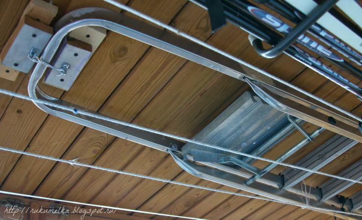 Крепеж лестницы и лыж под потолком на лоджии