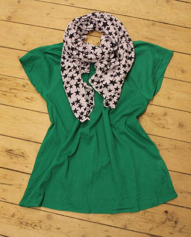 Vores flotte grønne top med et stjerne tørklæde sat til - total coolt og på udsalg! http://www.tankestrejf.dk/udsalg.html
