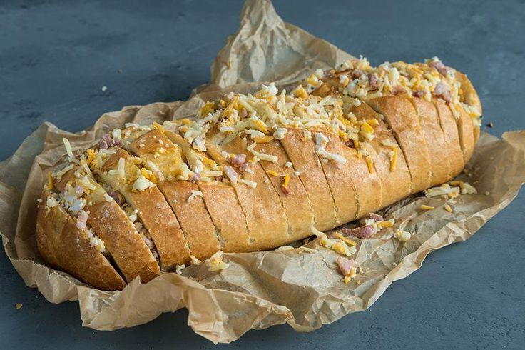 Oppskrift på hvitløksbrød med bacon og ost.