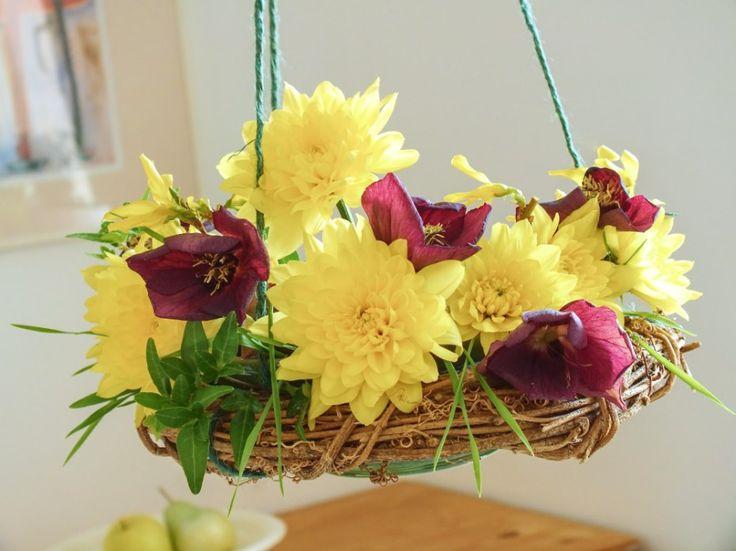 Věnec plný čerstvých květin. Nádhera! Věnec můžete pověsit nad stůl, protože aranžmá musí být v bezpečí, aby do něj někdo nestrčil.