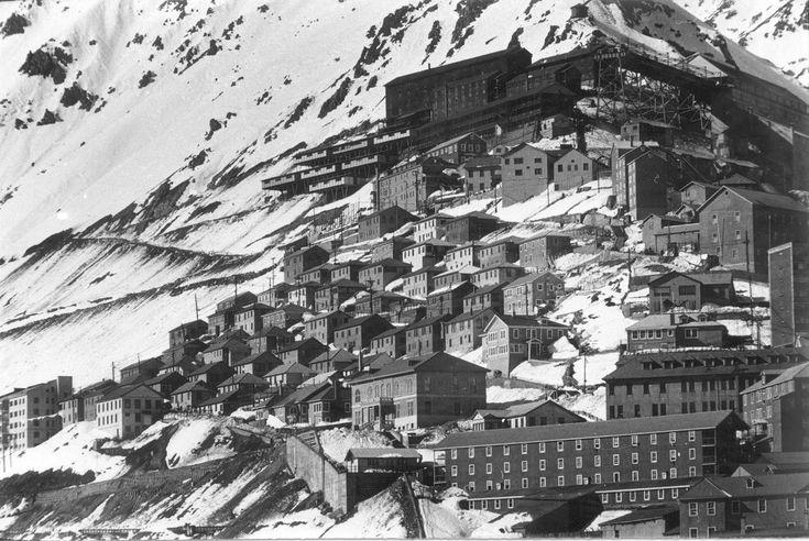 """Sewell, Chile. Vista general del """"campamento americano"""". Este sector correspondía al conjunto de viviendas habitadas por los funcionarios norteamericanos y sus familias, que trabajaban en la Braden Copper Co., propietaria de la mina El Teniente."""