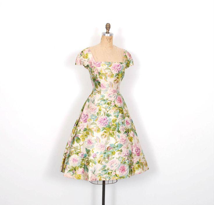 Vintage jaren 1950 jurk / 50s Floral Silk partij jurk / Full Skirt (kleine S)  Absoluut prachtige jaren 1950 partij jurk gedaan in een roze bedrukte zijde in de kleuren crème, groen, roze en blauw. Jurk beschikt over een brede vierkante hals, GLB mouwen, een ingerichte buste en taille en volledige rok met omgekeerde plooien aan beide zijden en aan de achterkant. Metalen rits aan de achterkant, volledig gevoerd.  Moderne grootte: S Materialen: Silk Voorwaarde: Kleine reparatie op één...