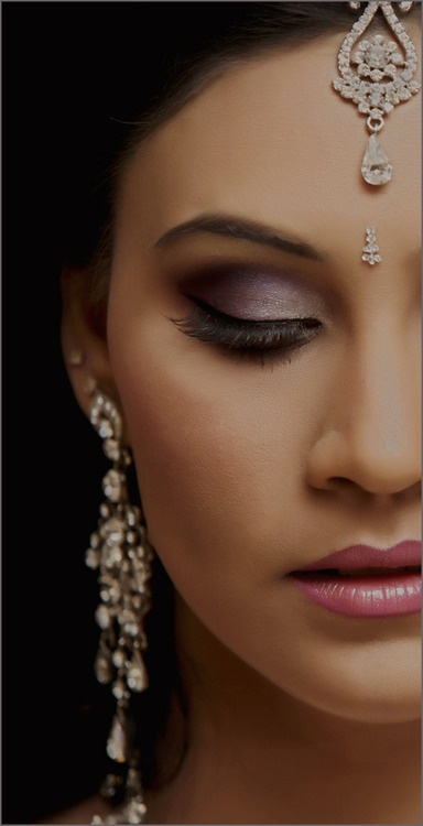 Wedding jewelry for an Indian bride who has color matched her makeup perfectly