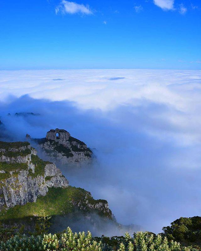 Tapete de nuvens. Morro da Igreja e a Pedra Furada/Divisa de Urubici/Bom Jardim da Serra. Com 1,822m, seucumeé o terceiro mais alto deSanta Catarina.O morro da Igreja é considerado o ponto habitado mais alto daRegião Sul do Brasil. Foto: @rennansantos66