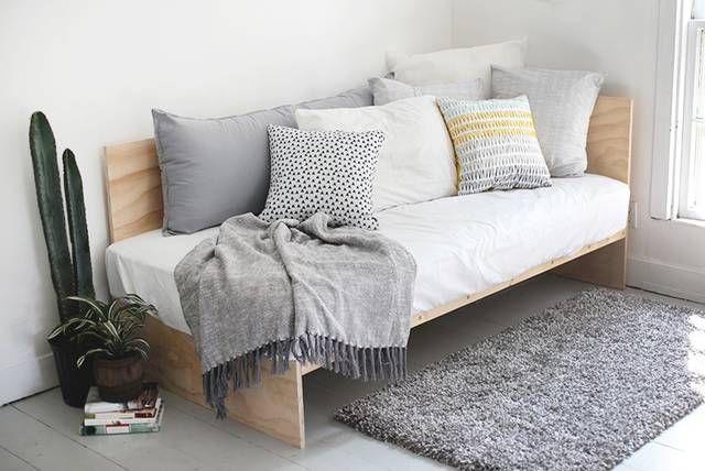 ベニヤ板を使ってベッドカウチをDIY!