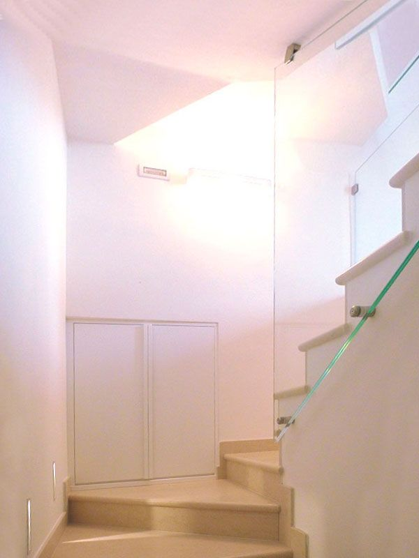 Particolare scale con scarpiera a muro