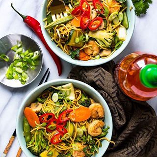 Meet my new love affair😍...Shrimp Yakisoba Noodle Bowls -- stir fry noodles and veggies in a savoury, garlic-chili sauce. Noodles are a soft spot for me, so it's not surprising that I'm OBSESSED with this healthy bowl recipe🤷🏼‍♀️. Can it get any better? OH YES! This is a 30-minute meal prep⏲! Check out my bio for this delicious healthy dinner idea💃🏻