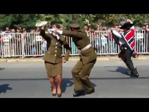 Carabineros bailan cueca en San Carlos - YouTube