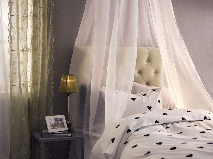 Drömlikt med sänghimmel och stoppad gavel. Lite romantiskt för din tonåring med svarta tuffare stjärnor. SWEETHEART påslakaset är av 100% ekologisk bomull.