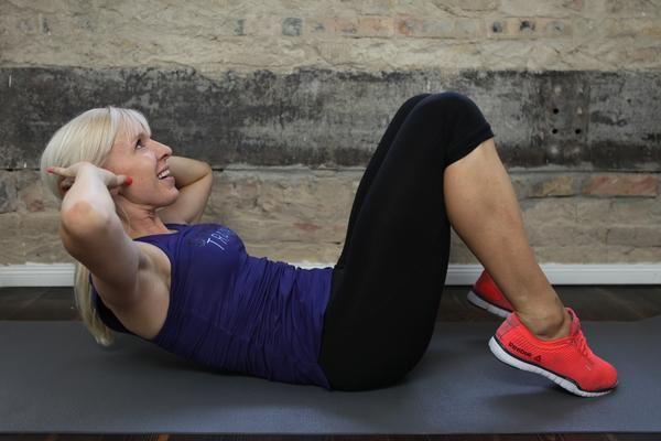 3. Crunch - der Klassiker: Der klassische Crunch beansprucht Deine gerade Bauchmuskulatur. Den Trainingsreiz spürst Du beim Crunch stärker im oberen Anteil des geraden Bauchmuskels, also unter dem Rippenbogen. || Starte jetzt das Bauch Beine Po Programm >>> https://www.gymondo.de/bauch-beine-po/