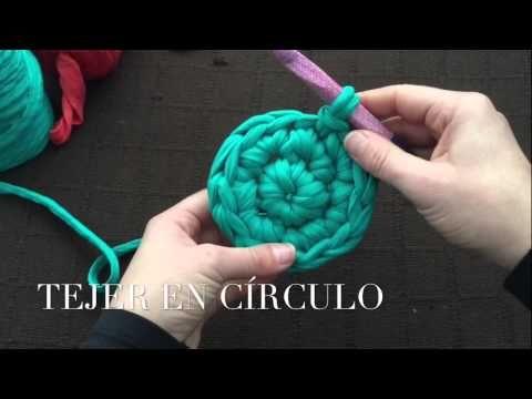 Videotutorial donde se explica paso a paso cómo hacer una cesta circular de trapillo a ganchillo (crochet) de dos colores muy fácil. Más patrones y videotuto...