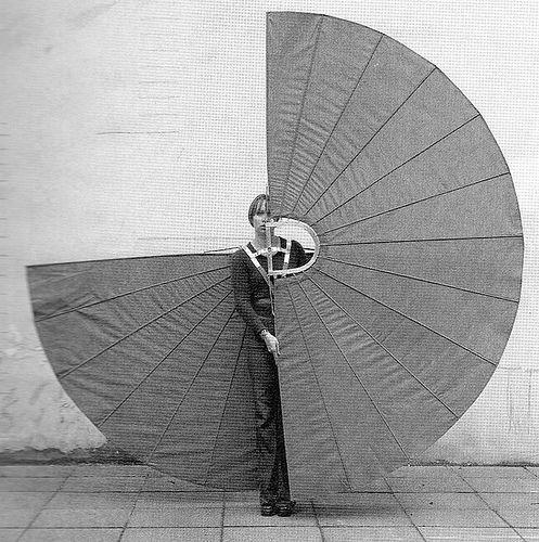 Rebecca Horn | Mechanical Body Fan, 1973-74 [materiali: tessuto e metallo; dimensioni: 2750 x 2700 x 37 mm; collezione: Tate]
