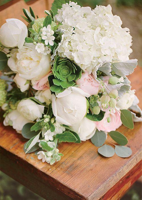 Nikki Reed ♥ Ian Somerhalder. O lindo bouquet de noiva de Nikki Reed foi composto por peônias, rosas, hortênsias, ranúnculos, flores silvestres, suculentas e folhas.