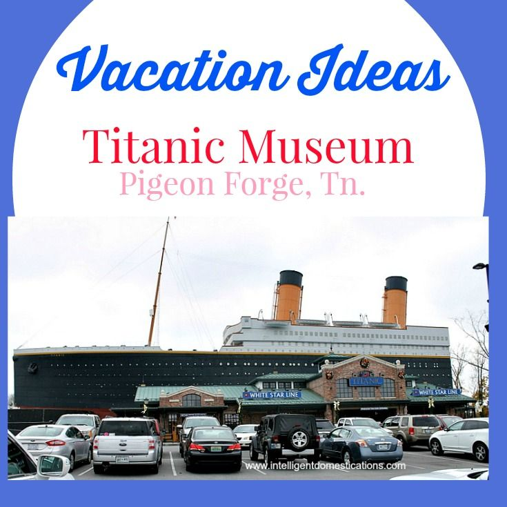 What are some highly reviewed features of the Titanic museum in Pigeon Forge, TN?