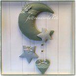 Fiocco nascita a forma di luna in cotone verde salvia impreziosito da pizzo verde pallido , decorato con una stella in cotonina americana a quadretti azzurro carta da zucchero , una farfalla di fe...