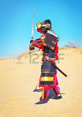 samourai: Homme en costume de samouraï avec l'épée courir sur le sable. Les hommes en armure de samouraï courir sur le sable. Le caractère original