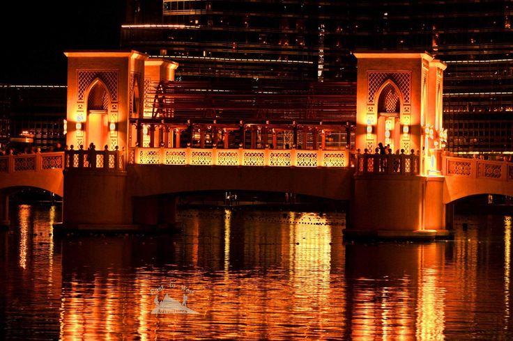 Love dubai at night from the bridge 🎇🇦🇪❤️🌉 ما أحلى دبي بالليل خصوصا هنا #soukalbahardubai #soukalbahar #dubai #uaebloggers #dubaimall #orangeglow #arabicdesign #uaeculture #heritage #dubaifountain #visitdubai #bridge #underthebridgedowntown #nightshot #slowshutter #canon #tripod #busy #watershow #dubaitourism #dubailife #dubailifestyle #travelforlife #travel #مغامرات_من_الشرق__الى_الغرب #دبي #دبي_مول #سوق_البحار #easttowestadventures