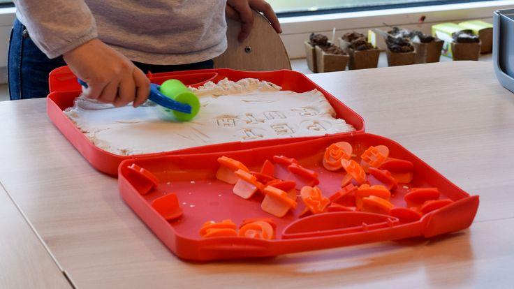 Met Super Sand ABC kunnen sterke kleuters en groep 3 kinderen op vijf verschillende manieren spelenderwijs oefenen met de hoofdletters.