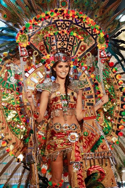 Aspirantes a Miss Universo en trajes típicos