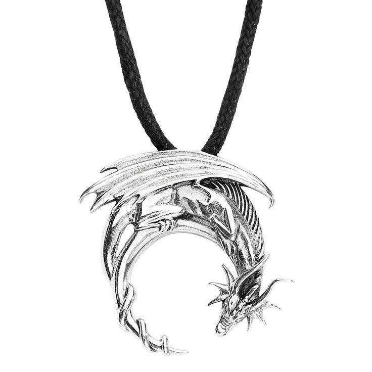 Fantasy Dragon Anhänger:  - silberner Drache in runder Form - Durchmesser 2,8 cm - wird mit einen Stoffband geliefert zum Knoten - Kettenlänge ca. 90 cm - mit Antik-Effekt - aus 925er Sterling Silber - der Drache verkörpert die Energie der Erde und die Überwindung aller Ängste  Einen wahrhaft magischen Anhänger erhältst du bei uns mit der Kette von etNox magic and mystic. Mit ihren Zauberhänden haben die Herrschaften den beeindruckenden Anhänger Fantasy Dragon erschaffen, der einen Drachen…