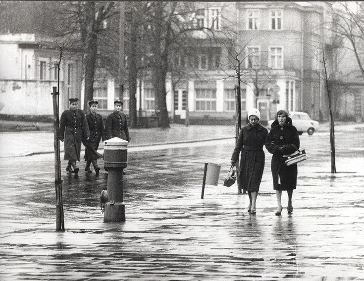 Zdjęcie numer 4 w galerii - Gazowe latarnie, brydż na plaży, warszawy na ulicach - Sopot w latach 50. i 60. [ZDJĘCIA]