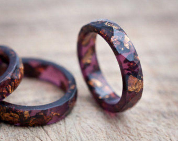 Deze dunne faceted semi-transparante Bourgondische rode ring is gemaakt van hoogwaardig eco hars. De ring bevat schitterde koperen imitatie donker goud vlokken. Deze hars ring is stapelbaar. Mijn hars sieraden is gegoten in handgemaakt door mij siliconen mallen, hand geschuurd en hand gepolijst. Kleine onvolkomenheden kunnen leiden tot zoals kleine bubbels. Elke ring is uniek en lichtjes verschillend, houd in gedachten dat jou niet zal identiek aan de foto, maar zeer vergelijkbaar zijn…