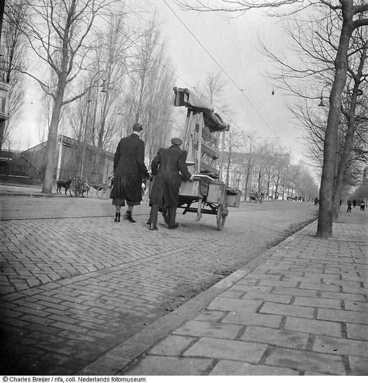1944. Wapens transport using a herring cart in the Govert Flinckstraat in Amsterdam-Zuid. Photo Nederlands Fotomuseum / Charles Breijer. #amsterdam #worldwar2 #GovertFlinckstraat