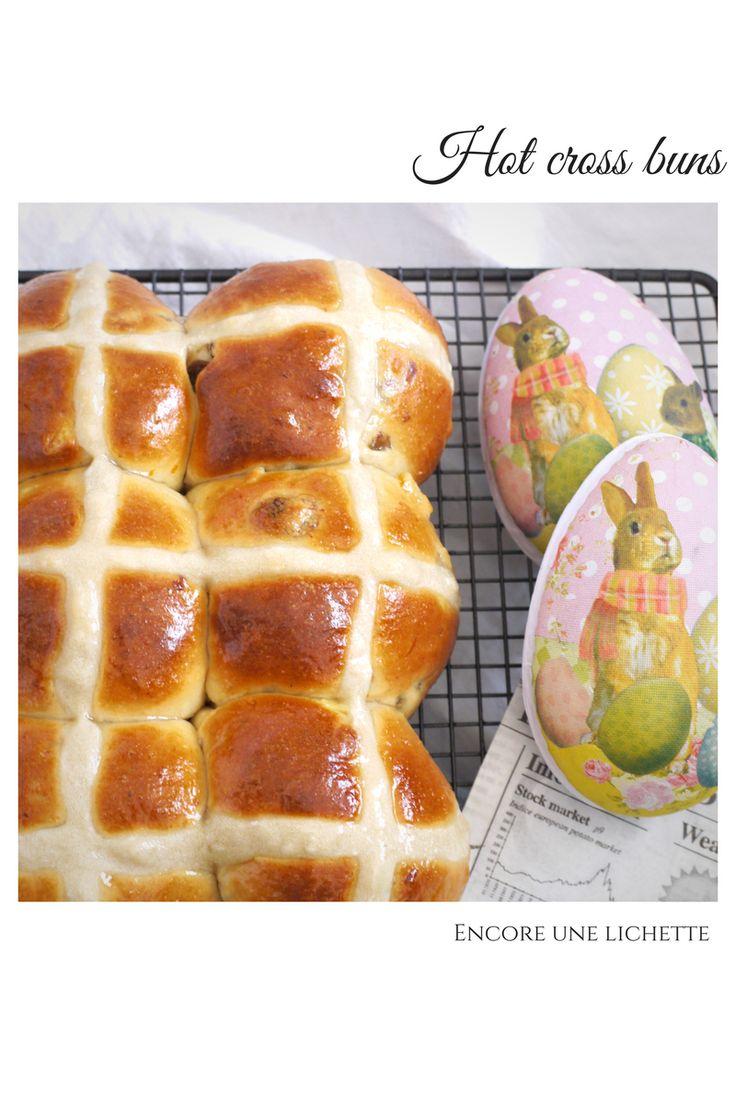 les hot cross buns sont des petits pains britanniques, moelleux et parfumés arborant une croix blanche sur leur ventre dodu pour fêter Pâques.