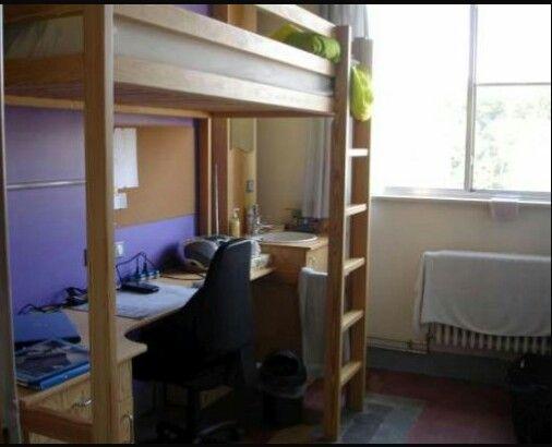 Dit is de kamer van Harry in WITCH. Harry vindt de kamer veel te klein. De gordijnen zijn veel te klein.