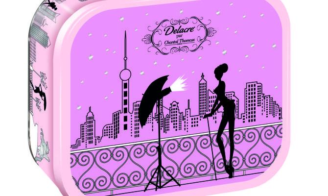 La stilista francese Chantal Thomass rende glamour tutto quello che disegna, ora è la volta di un'esclusiva collezione di scatole per biscotti Delacre (in edizione limitata) per una mission tutta r...