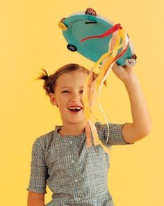 Como transformar pratos de papel em brinquedos com as crianças