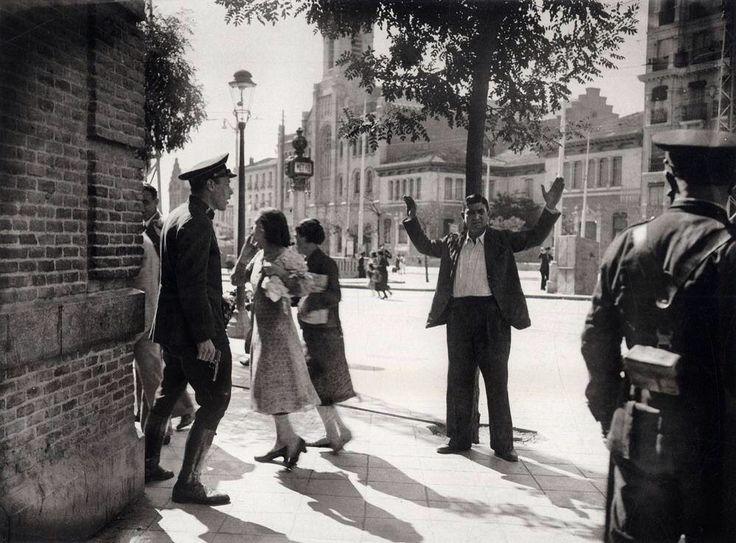 Detención en la glorieta de Cuatro Caminos. Madrid, 1936.