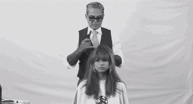 A continuación, toma un peine de dientes finos y carda esas secciones solo un poquitín. | 17 trucos para hacer que el cabello fino parezca muy grueso