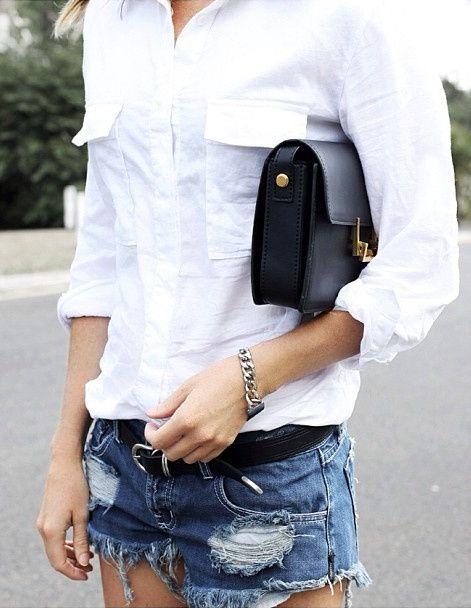 Rien de tel que le duo petit sac noir rigide/sage chemise blanche pour apaiser un short en jean déchiré
