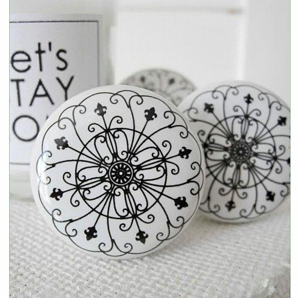 W sklepie pojawiły się ponownie ceramiczne gałki meblowe z pięknym motywem rozety  #kokonhome#knob#furniture#blackandwhite#gałki#meble#rozeta#domebli#akcesoriameblowe by kokonhome